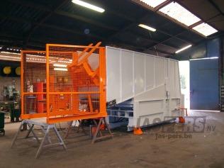 Stationaire pers met kipsysteem en transportband - in productie